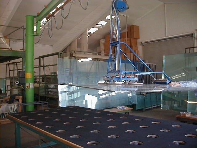 """The """"easy"""" way to move huge glass sheets to build a high end tank"""
